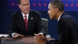 Президент Барак Обама и его соперник-республиканец Митт Ромни во время последних дебатов перед выборами