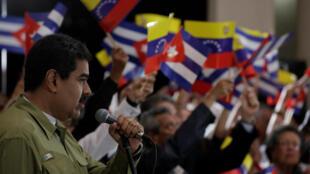 Le président vénézuelien, Nicolas Maduro, rend hommage à Fidel Castro le 26 novembre 2016 devant une foule agitant des drapeaux aux couleurs du Venezuela et de Cuba.