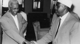 Le Premier ministre somalien Abdurashid Ali Shermarke (D) serre la main du président Aden Abdullah Osman Daar (G) à Mogadiscio le 26 juin, quelques jours avant la proclamation de la République de Somalie, le 1er jullet.