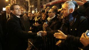 法國總理瓦爾斯參加猶太商場恐襲案遇難者紀念活動與民眾握手