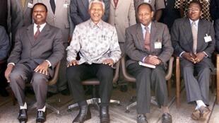 C'était le 28 mars 2000 à Arusha : Nelson Mandela, négociateur de paix pour le Burundi (2e G) pose entre les présidents Pierre Buyoya (G), Jean-Baptiste Bagaza (2e D) et Silvestre Ntibantungana (D).