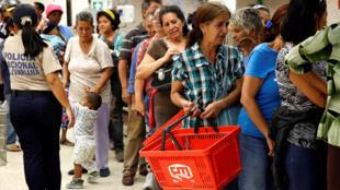 Venezuelanos fazem fila para comprar comida em Caracas
