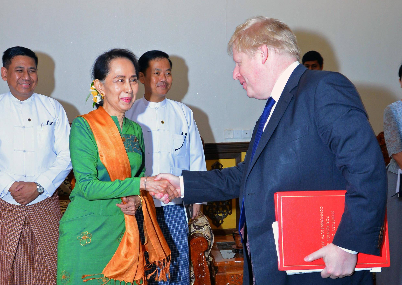 Ngoại trưởng Anh Boris Johnson (P) và đồng nhiệm Miến Điện Aung San Suu Kyi tại Naypydaw, Miến Điện, ngày 11/02/2018.