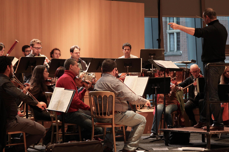 Répétition de l'Orchestre pour la Paix, le 3 décembre, à La Haye, sous la baguette du chef Nader Abbassi.