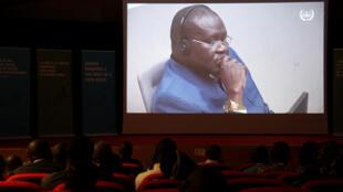 À Bangui, une centaine de représentants de la société civile a assisté à la retransmission de l'audience de confirmation des charges pour les dossiers Yékatom Rhombot et Patrice-Edouard Ngaïssona (à l'écran), le 19 septembre 2019.