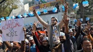 Les supporters d'Arvind Kejriwal fête sa victoire aux élections locales de la région de New Delhi le 11 février 2020.