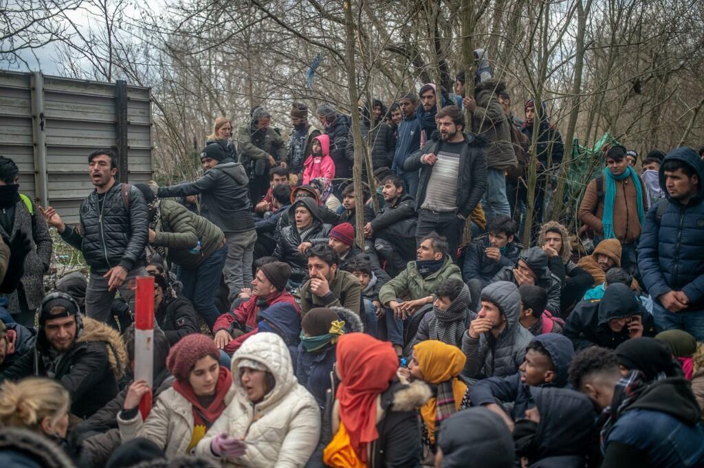 Migrants et réfugiés dans un face à face tendu avec la police grecque au poste frontalier gréco-turc de Pazarkule, le 29 février 2020.
