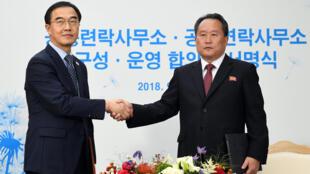 Ri Son Gwon, presidente do Comitê para a Reunificação Pacífica do país e o ministro da Unificação sul-coreana, Cho Myoung-gyon após assinar documento durante cerimônia de abertura do escritório conjunto em Kaesong, Coréia do Norte. 14/09/18