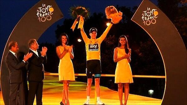 Mshindano wa Mashindano ya Baiskeli ya Tour de France Chris Froome akionesha maua baada ya kutangazwa mshindi
