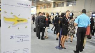 Air France ouvre, ce dimanche 2 octobre 2011, sa première «base-province» à l'aéroport de Marseille, dans le Sud de la France, pour concurrencer les compagnies low-cost. Air France propose 13 nouvelles destinations à prix cassés.