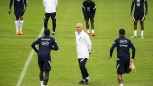 Didier Deschamps avec son groupe à l'entrainement avant le match contre la Suède, le 4 septembre 2020 à Stockholm.