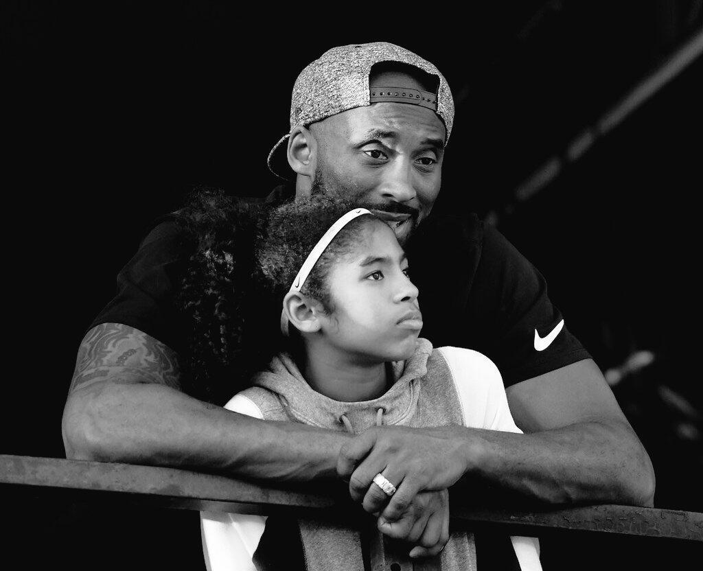 O ex-astro do basquete norte-americano e mundial, estrela dos Lakers de Los Angeles, Kobe Bryant, e sua filha, Gianna, considerada sua herdeira no esporte. Ambos morreram durante um trágico acidente de helicóptero neste domingo (26).