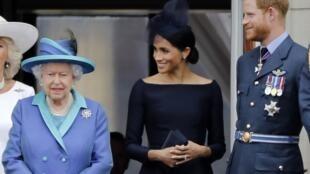 La reine Elisabeth II, Meghan et le prince Harry, sur le balcon du palais de Buckingham à Londres, le 10 juillet 2018.