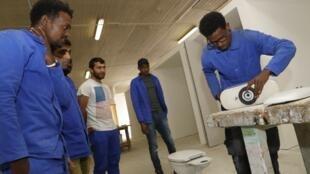 Des réfugiés afghan, soudanais et erythréens suivent une formation en plomberie à l'Afpa, Agence nationale pour la formation professionnelle des adultes.