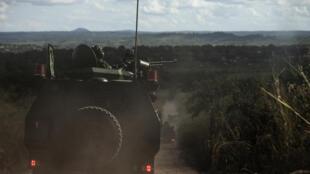 Exército moçambicano patrulha estradas na região da Gorongosa. 26 de Maio de 2016.