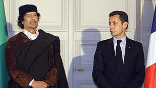 Le leader libyen Mouammar Kadhafi et le président Nicolas Sarkozy, à l'Elysée, le 10 décembre 2007.