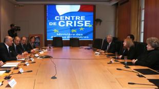 Le ministre français des Affaires étrangères Laurent Fabius rencontre les familles de Serge Lazarevic et Philippe Verdon, le 4 janvier 2013 à Paris.