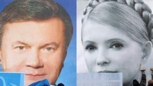Cartazes em Kiev mostram os rostos do presidente Viktor Ianoukovitch e de Iúlia Timochenko, em foto de 2010.