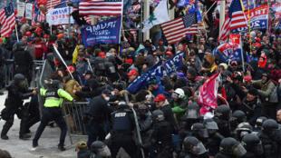 Seguidores del presidente saliente Donald Trump se enfrentan a la policía y a las fuerzas de seguridad para asaltar el Capitolio en Washington, el 6 de enero de 2021