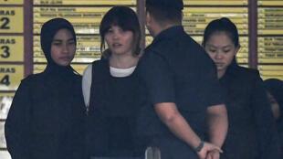 Cảnh sát Malaysia áp tải bị cáo Đoàn Thị Hương ( thứ hai từ bên trái ) sau phiên xử ngày 02/10/2017.
