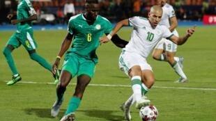 Le Sénégalais Salif Sané face à l'Algérien Sofiane Feghouli, en finale de la CAN 2019.