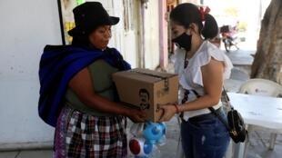 Distribution de produits de première nécessité assurée par la marque «El Chapo 701», détenue par la fille du baron de la drogue Joaquin «El Chapo» Guzmn, le 16 avril 2020 à Guadalajara.