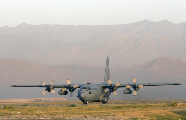 Ndege ya Marekani ya kusaririsha wanajeshi C-130 ikitua uwanja wa ndege wa Kabul, Agosti 19, 2012.