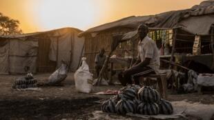 Un homme devant sa tente au petit matin dans le PoC de Bentiu au Soudan du Sud le 15 février 2018 (image d'illustration).