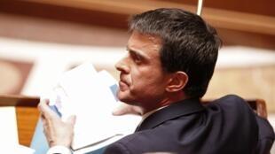 O primeiro-ministro Manuel Valls defendeu a nova legislação como necessária para lidar com a ameaça terrorista na França.