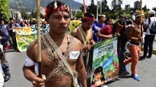 Des indigènes Waoranis et des membres du collectif Yasunidos manifestant à Quito, le 12 avril 2014 (Photo d'illustration).