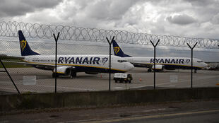 Unos aviones de la compañía Ryanair, en tierra en el aeropuerto de Manchester, en el noroeste de Inglaterra, el 1 de mayo de 2020 por la pandemia de coronavirus