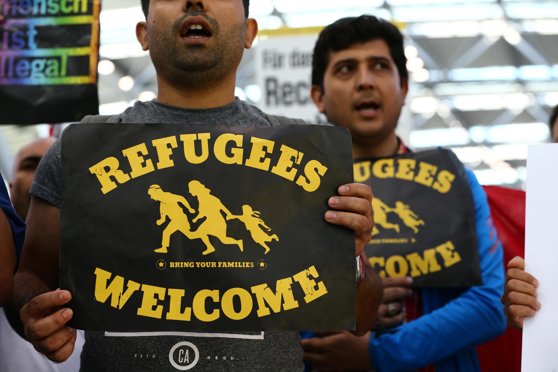 Manifestantes protestan contra la decisión del gobierno alemán de expulsar a migrantes a los que no se otorgó el asilo, en el aeropuerto de Düsseldorf. 12 de Septiembre de 2017.