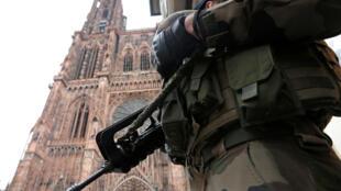 """Quân nhân Pháp hoạt động trong chiến dịch """"Vigipirate"""" trước Nhà thờ lớn Strasbourg, ngày 21/11/2016."""