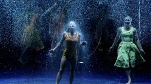 Unos artistas de la compañía Cirque du Soleil representan el espectáculo Luzia el 29 de agosto de 2018 en Guadalajara, México