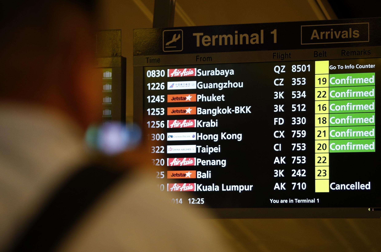 Panneau d'information à l'aéroport de Singapour, le 28 décembre 2014.