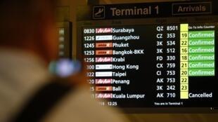 Un panneau d'information à l'aéroport de Singapour, le 28 décembre 2014.