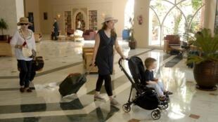 Turistas deixam o hotel Riu Imperial Marhaba, após o atentado que matou 38 pessoas nesta sexta-feira (26).