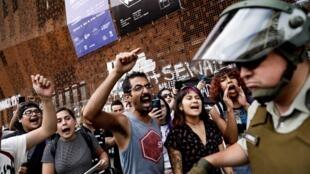Apesar dos anúncios do governo, protestos continuam nas ruas do Chile.