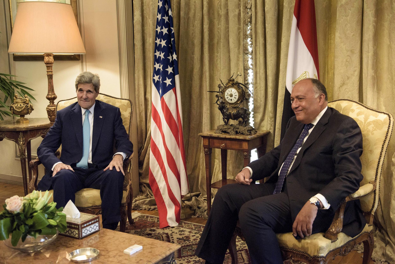 John Kerry na Amurka tare da Ministan harakokin wajen Masar Sameh Shukri