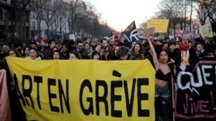 По данным МВД, на акции протеста против пенсионной реформы во Франции вышли 186 тысяч человек