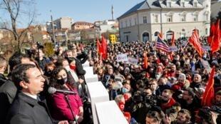 El líder del movimiento de autodeterminación Vetevendosje, Albin Kurit (izq), y el presidente en funciones de Kosovo, Vjosa Osami, se dirigen a sus partidarios el último día de campaña para las elecciones, en Pristina, el 12 de febrero de 2021