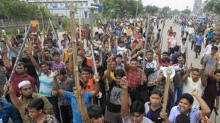Après le drame du Rana Plaza, des ouvriers du textile ont crié leur colère à Dacca, au Bangladesh, mardi 30 avril 2013.