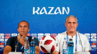 Tite ao lado de Miranda durante a coletiva da seleção brasileira em Kazan.