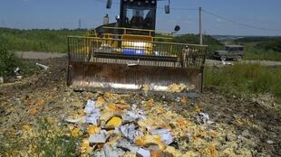 Tiêu hủy thực phẩm nhập đang bị cấm vận tại Belgorod, Nga, ngày 06/08/2015.