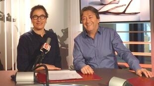 La artista franco-chilena Cecilia Andrews con Jordi Batallé en RFI