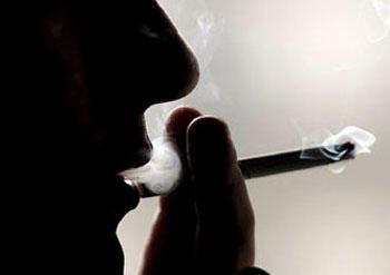El fumar es un factor que acelera la aparición de la esclerosis múltiple.