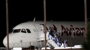 Migrantes cubanos desembarcan de un avión rumbo a Estados Unidos, donde llegarán tras transitar por El Salvador y la frontera entre Guatemala y México, 4 de febrero de 2016.