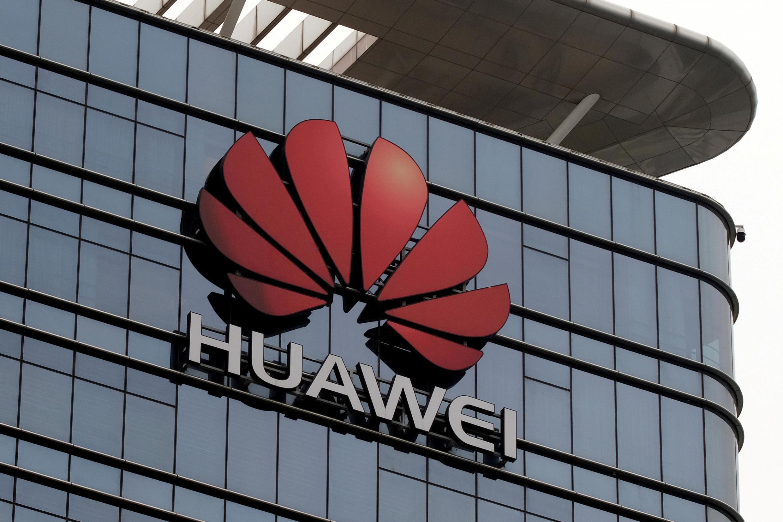O decreto assinado por Donald Trump barra a entrada de equipamentos da Huawei em setores sensíveis.