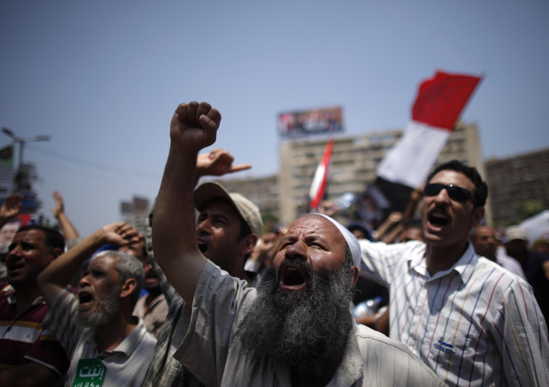 Phe ủng hộ cựu tổng thống Morsi biểu tình trước đền thờ Bilal Ibn Rabah ở Cairo (REUTERS /K. Abdullah)