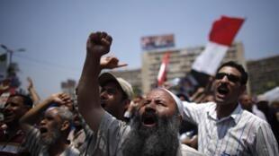 Partidários de Mohamed Mursi, diante da mesquita de Bilal Ibn Rabah no Cairo